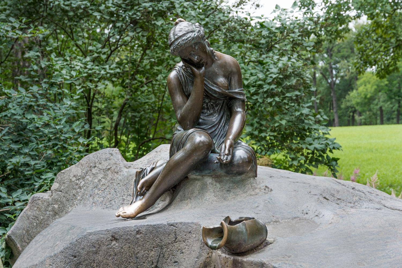 Памятники девушек