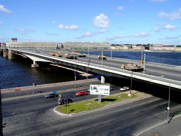 Мост состоит из семи пролетов,